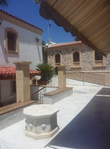 о. Егина - в двора на манастира